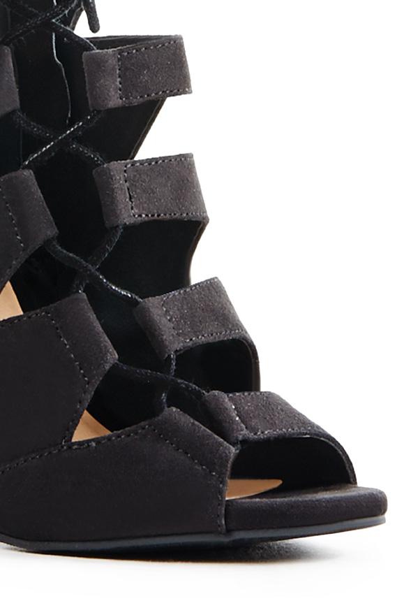 What Size Shoe Does Monica Wear